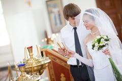 Braut und Bräutigam in der Kirche Stockfotografie