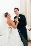 Braut und Bräutigam, die den ersten Tanz tanzen Stockbild