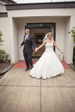 Braut und Bräutigam, die Kirche verlassen Stockfotos