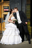 Braut und Bräutigam am Eingang zur Moskau-Metro Stockbilder