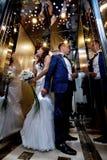 Braut und Bräutigam im Aufzug Lizenzfreie Stockfotos