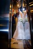 Braut und Bräutigam im Aufzug Stockfoto