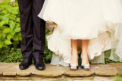 Braut und Bräutigam Legs Lizenzfreie Stockfotos