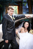 Braut und Bräutigam mit Auto Lizenzfreie Stockfotos