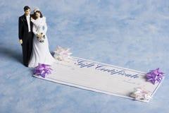 Braut und Bräutigam mit einer Geschenkbescheinigung Lizenzfreies Stockfoto