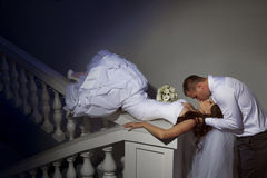 Braut- und Bräutigamküssen Lizenzfreies Stockfoto