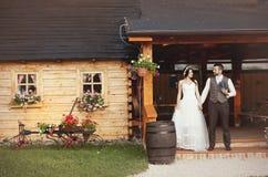 Braut- und Bräutigamlandhausstilhochzeit Stockbilder