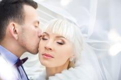 Braut- und Bräutigamumarmung auf einem Weg in der Landschaft für einen Weg Stockbild