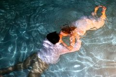 Braut- und Bräutigamunterwasserkuß Lizenzfreies Stockbild
