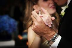Braut- und grromshände während des ersten Tanzes Lizenzfreie Stockfotografie