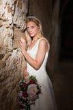 Braut und grunge Wand Lizenzfreies Stockfoto