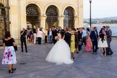 Braut und Hochzeitsfest außerhalb der Kirche Gijon lizenzfreies stockbild