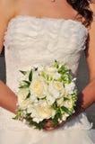Braut und ihr Blumenstrauß Stockbild