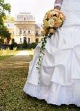 Braut und ihr Blumenstrauß im Park. Stockfoto