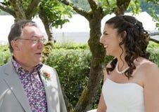 Braut und ihr Vater, die einen ruhigen Moment genießen Stockfotografie
