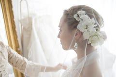 Braut und ihre Freunde dieses Tragen eines Schleiers Stockfotografie