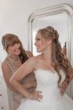 Braut und Mutter, die am Hochzeitstag ankleiden Lizenzfreies Stockfoto
