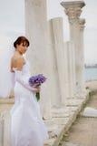 Braut unter antiker Architektur stockfotos
