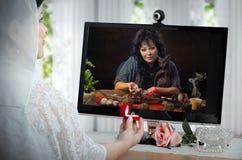 Braut verständigt sich mit dem Wahrsager, der vor Zeremonie on-line ist Stockbilder