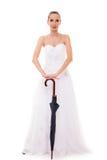 Braut in voller Länge im Hochzeitskleid hält Regenschirm Lizenzfreie Stockbilder