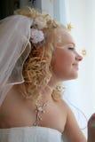 Braut während den Bräutigam Lizenzfreie Stockbilder