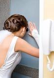 Braut wartet Bräutigam stockfoto