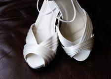 Braut-Weiß-Schuhe stockbild