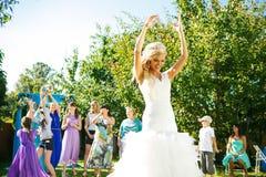 Braut wirft den Blumenstrauß Stockfotos