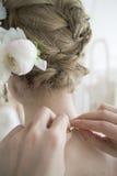 Braut zu versuchen, die Halskette nach der Hochzeit zu entfernen stockfoto