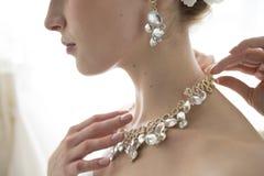 Braut zu versuchen, die Halskette nach der Hochzeit zu entfernen stockfotos
