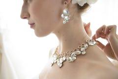 Braut, zum mit einer Halskette zu erhalten Lizenzfreie Stockfotos