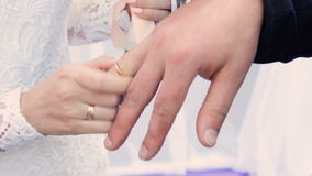 Brautabnutzungsring auf Bräutigam ` s Finger stock footage