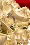 Brautbündel und Verlobungsringe Stockfoto