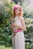 Brautblondine in einem weißen Kleid Stockbild