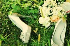 Brautblumenblumenstrauß und -schuhe Stockbilder