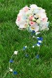 Brautblumenstrauß auf dem Gras Stockbilder