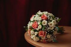 Brautblumenstrauß auf den alten und eleganten Tabellen lizenzfreies stockfoto