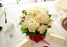 Brautblumenstrauß auf der Tabelle Stockfotos