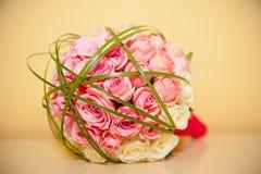 Brautblumenstrauß auf der Tabelle Lizenzfreie Stockbilder