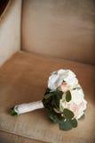 Brautblumenstrauß auf einem beige Lehnsessel stockbild