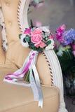 Brautblumenstrauß auf einem beige Sofa Lizenzfreie Stockfotografie