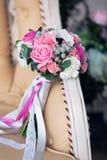 Brautblumenstrauß auf einem beige Sofa Stockbild
