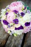 Brautblumenstrauß auf einem hölzernen Hintergrund stockfoto