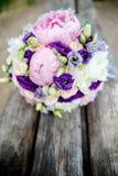Brautblumenstrauß auf einem hölzernen Hintergrund lizenzfreies stockbild