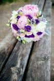 Brautblumenstrauß auf einem hölzernen Hintergrund stockfotos