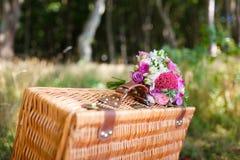 Brautblumenstrauß auf einem Koffer Lizenzfreie Stockfotografie