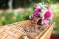 Brautblumenstrauß auf einem Koffer Stockbilder