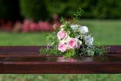 Brautblumenstrauß auf einer Holzbank