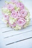 Brautblumenstrauß auf einer weißen Tabelle Stockbild