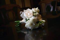 Brautblumenstrauß auf hölzerner Tabelle Stockfotos